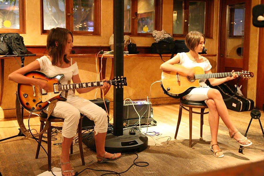 MonaLisa Twins live at Hennessey's at Laguna Beach