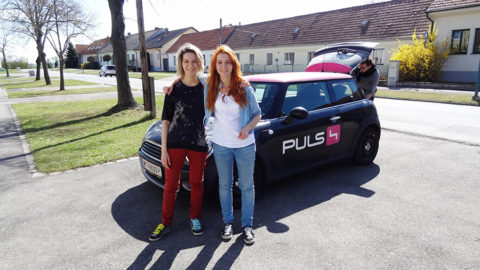 MonaLisa Twins in front of Puls 4 Car