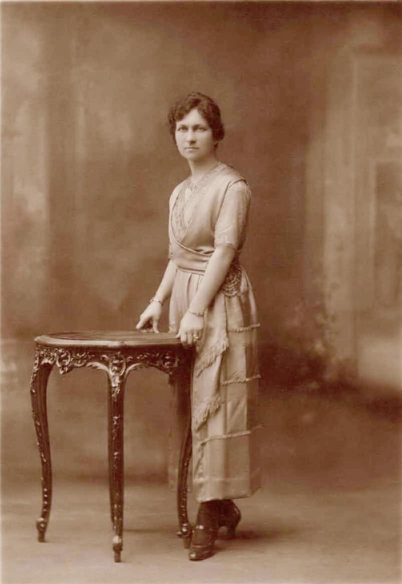 Mary McCorquodale de Niven c1900.jpg