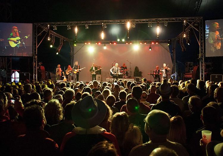 MonaLisa Twins with Steve Harley & Cockney Rebel at Wickham Festival 2015, UK